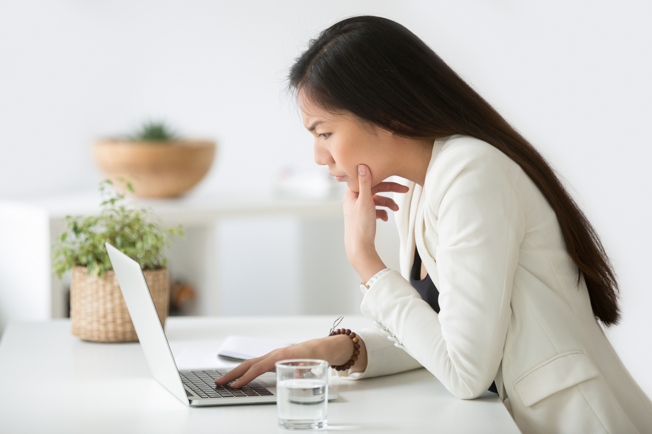 puzzled-confused-asian-woman-thinking-hard-looking-at-laptop-screen